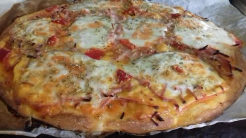 pizza fromage(doux)cheddar mozza jambon poivrons marinés