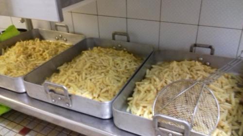 buffet chaud en salle des fêtes (cuisson de frites fraîches)
