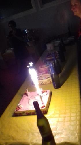 buffet chaud complet avec dessert(gâteau d'anniversaire)